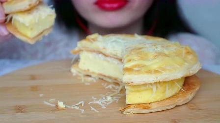 小姐姐吃的甜点是印度尼西亚酥皮椰丝芝士蛋糕呀,口感相当不错