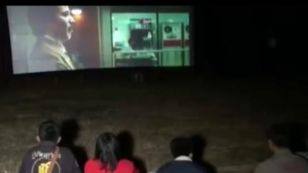 在墓地放电影给鬼看 泰华裔家族聘专人给祖先放影