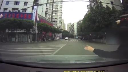 共享单车被小车撞翻却要担全责 只因忽略了这个问题