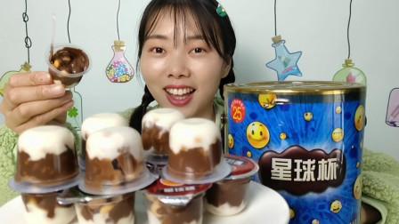 """小姐姐吃怀旧零食""""星球杯"""",巧克力裹饼干,浓滑甜脆味道好"""
