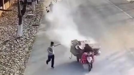 """大爷开""""火车""""驶过消防队 消防员奔跑拦车灭火"""