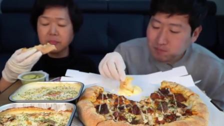 韩国妈妈和儿子吃披萨,芝士满满的,肉也满满的