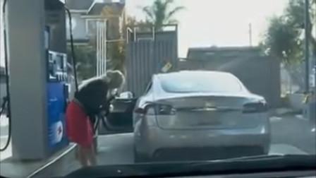 女子驾驶电动车去加油站加油,旁观者看着笑个不停