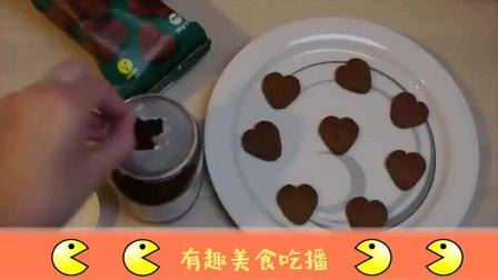 小姐姐吃杏仁巧克力饼干, 可爱心型招人喜欢, 网友看着就很好吃!