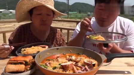 韩国农村家庭的一顿饭,妈妈今天做泡面,配上鱿鱼和泡萝卜,真香