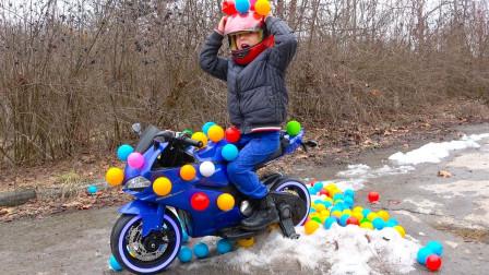 好神奇!萌宝小正太的摩托车为何会长满波波球?趣味玩具故事