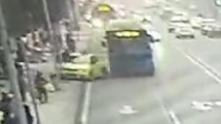 【重庆】出租车超车后突然变道停车 公交车避让不及将其撞上人行道