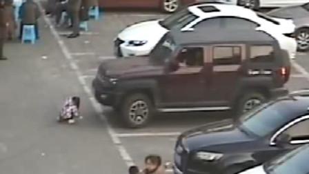 【重庆】惊险!男子驾车起步时未注意观察 将小女孩撞倒卷入车底