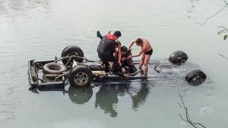 【重庆】皮卡车不慎坠河司机被困 2男子迅速跳入河中救人