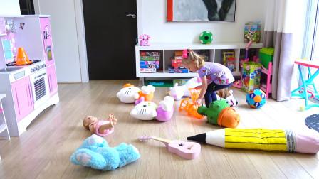 家里被淘气的猫咪弄得可乱了,萌娃小可爱赶紧把它们收拾干净,小家伙真是棒棒哒!