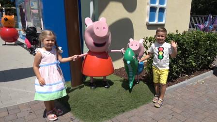 萌娃小可爱们去小猪的家里做客,这个地方可真有趣呀!两个小家伙玩的可开心了!