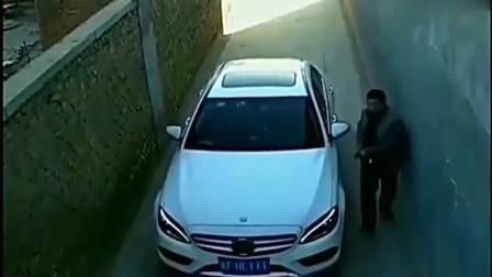 监控:男子潇洒下车,头也不回,意外就这样悄悄发生了
