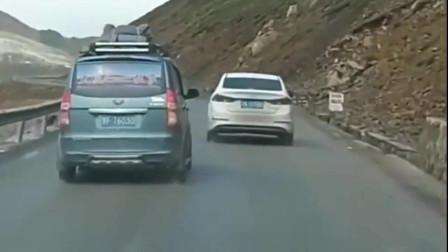 监控:路上偶遇这样的五菱,神车都这样吗?