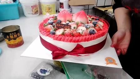好漂亮的一款彩带水果蛋糕,蛋糕上面两个大大的寿桃很漂亮!