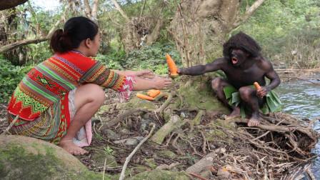 荒野少妇和森林人,上山搞野,森林人挖出胡萝卜,讨好表嫂