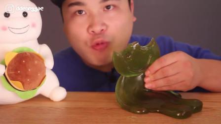 吃货小姐姐:吃播可爱的卡通软糖,看起来好好玩啊!