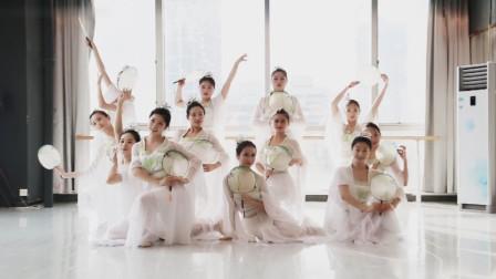 唯美古典舞《雨中花》,仙女姐姐风姿绰约,超好看!