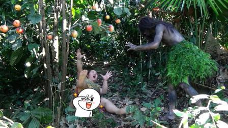 荒野少妇,上山搞野摘苹果,碰到森林人后晕倒,森林人赶紧把苹果拿走吃