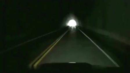 灵异事件:刚出隧道就掉进山崖,记录仪拍下恐怖全程!