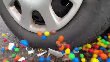 牛人用汽车碾压各种巧克力豆,请勿模仿!声音好舒服啊