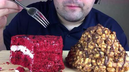 红丝绒蛋糕+焦糖饼干蛋糕塔淋巧克力酱,胡子小哥也太会吃了吧