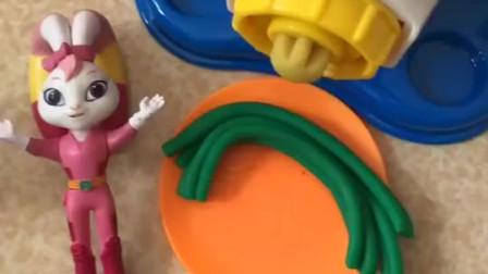 彩虹妹妹用面条机给小朋友们做面条啦,有菠菜口味和胡萝卜口味的,小朋友喜欢吃哪个口味呢