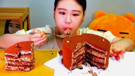 韩国大胃王卡妹,试吃一整个提拉米苏蛋糕,能吃是福啊