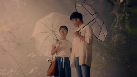 宣璐与高以翔打着伞在公园漫步,最后甜蜜的吻在了一起
