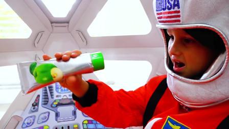 太好玩啦!萌娃小可爱变身成了宇航员,小家伙真的太厉害啦!