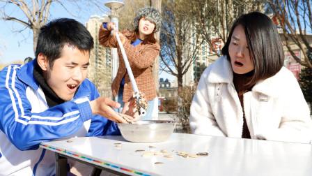 用5米长筷子夹瓜子,小伙儿做不到,叫来80岁奶奶轻松搞定