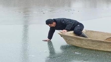 这才是高手,直接在冰上划船抓鱼,这才能避免意外发生!
