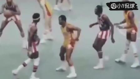 看看上古时代的篮球祖师爷们是怎么打球的,当初还没有三分线!