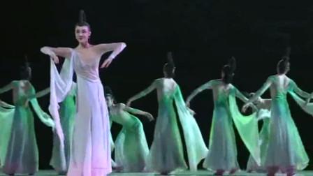 """云舞裳丨北京舞蹈学院编创古典舞剧《粉-墨》第二章""""行 """"女子群舞 感受古典美人的柔情似水 飘飘若仙与唯美写意"""