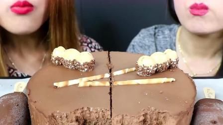 吃货母女一起吃巧克力慕斯蛋糕,一人吃一半才公平呀