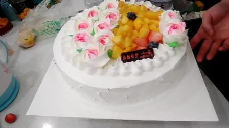 好漂亮的一款粉色佳人生日蛋糕,黄桃和草莓搭配的特别好看!