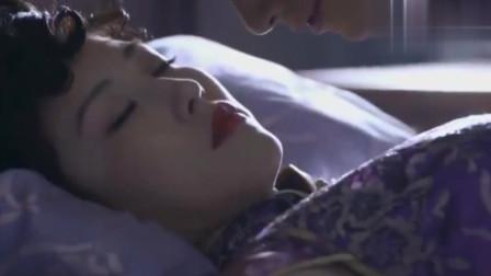 少妇刚睁开眼,怎料下秒小伙把她吻懵在床,终于如愿以偿了