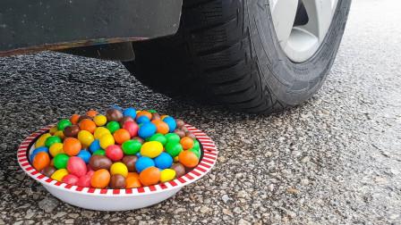 把巧克力豆和玩具放在车轮下,看着好过瘾