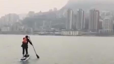 男子上班隔一条江,每天滑冲浪板工作,简直国内最强上班族!