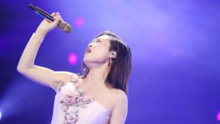 云飞老婆美炸了!台上一首《梅花泪》惊艳了,唱得深情让人沉醉!