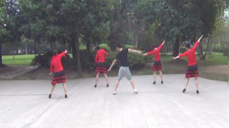 广场舞 《河岸好姑娘》,这么可爱的歌曲,却是由一位帅气小伙带领的!