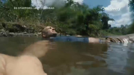 单挑荒野:德哥的水喝完不久后,他又幸运的找到了一条河,立马躺了下去