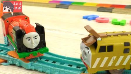 小蛇乘坐托马斯经过山洞 小火车玩具轨道相遇