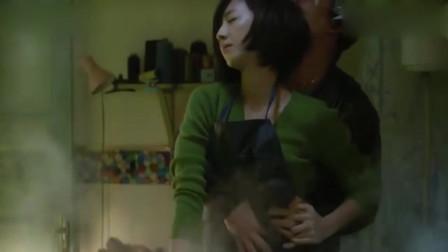白日焰火:女孩正在熨衣服,突然后背被一个男人给抱住了?