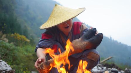 小伙250元买8斤的骆驼腿,用大铁锅炖8小时,直接开啃,吃着真爽