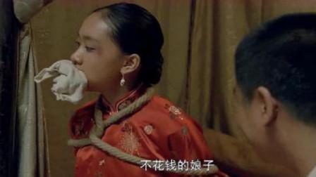 小女孩被抓给人当媳妇,哪知小女孩太机灵,吃饱喝足就逃跑!