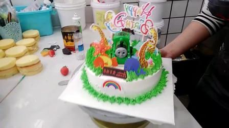 好有创意的一款绿色托马斯蛋糕,女儿看到了特别喜欢!