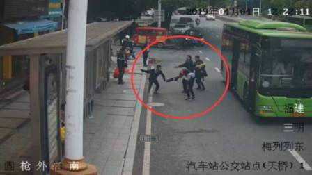 小伙公交站行窃,谁知遇上马拉松女警,你以为你能跑脱吗
