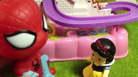 佩奇乔治在玩滑梯,小白雪玩不了,谁会来帮助她呢?