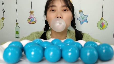 """小姐姐吃趣味""""天蓝色泡泡糖"""",外壳梆硬要先含,咬碎香甜吹泡泡"""