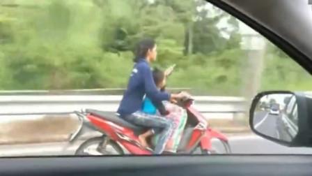 """母亲骑车带着孩子,竟做出如此""""荒唐""""举止,调取监控,爸爸彻底怒了"""